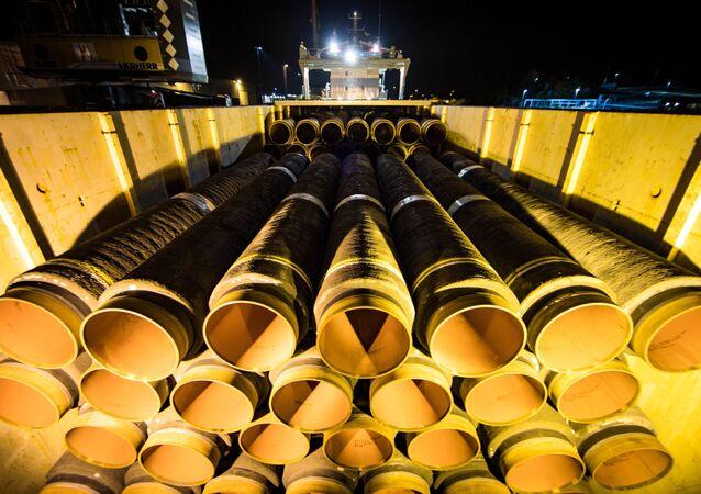Potrubí pro Nord Stream - 2 v německém přístavu Mukran