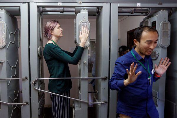 Turisté musí po návštěvě jaderné elektrárny v Černobylu projít radiologickou kontrolou. - Sputnik Česká republika