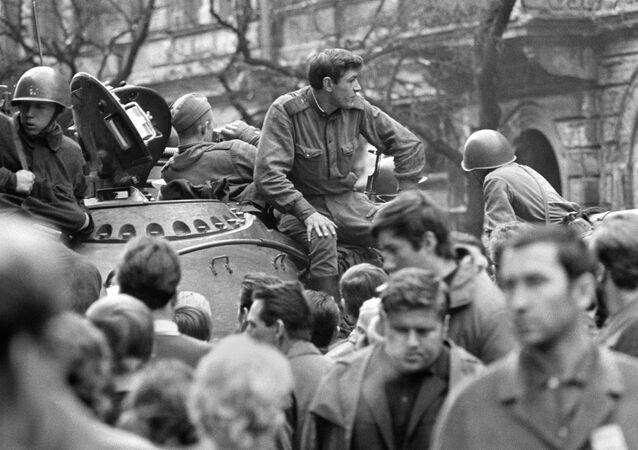 Sovětské tanky v ulicích Prahy v roce 1968