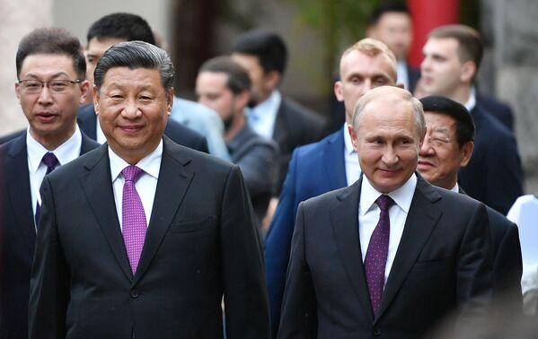 Vladimir Putin a Si-Ťin-pching během prezentace realizovaného investičního projektu na výstavbu automobilového závodu Haval v Tulské oblasti - Sputnik Česká republika