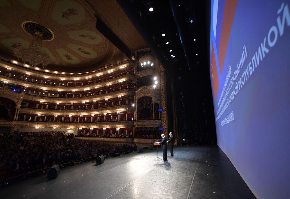 Vladimir Putin a Si Ťin-pching přednesli projevy na slavnostním večeru při příležitosti 70. výročí navázání diplomatických vztahů mezi Ruskem a ČLR ve Státním akademickém Velkém divadle