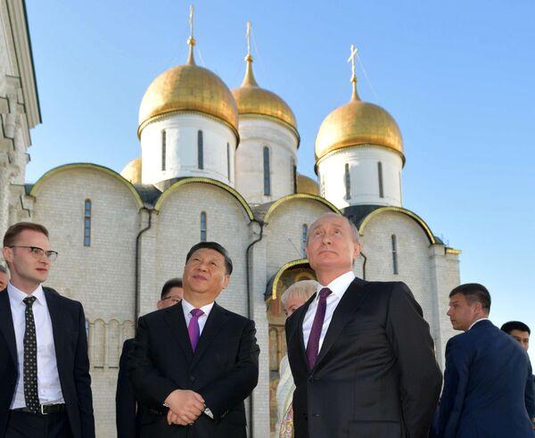 Prezident Vladimir Putin a předseda ČLR Si Ťin-pching během prohlídky Kremlu - Sputnik Česká republika