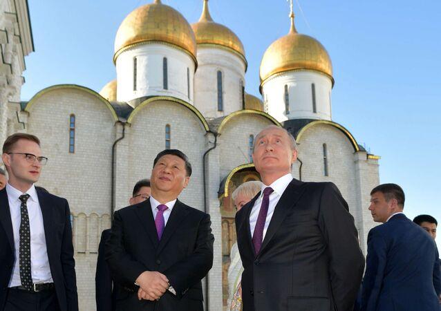 Prezident Vladimir Putin a předseda ČLR Si Ťin-pching během prohlídky Kremlu