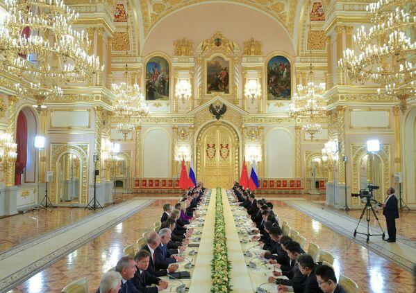 Ruský prezident Vladimir Putin a předseda Čínské lidové republiky Si Ťin-pching během rusko-čínských jednání spolu s delegací v Kremlu - Sputnik Česká republika