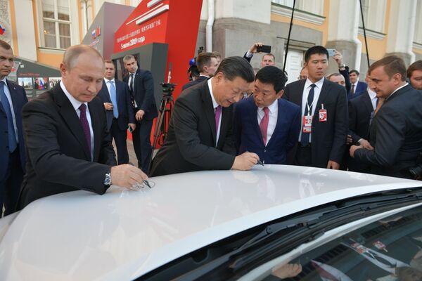 Vladimir Putin a Si Ťin-pching během prohlídky terénních automobilů čínské značky Haval montovaných v Rusku - Sputnik Česká republika