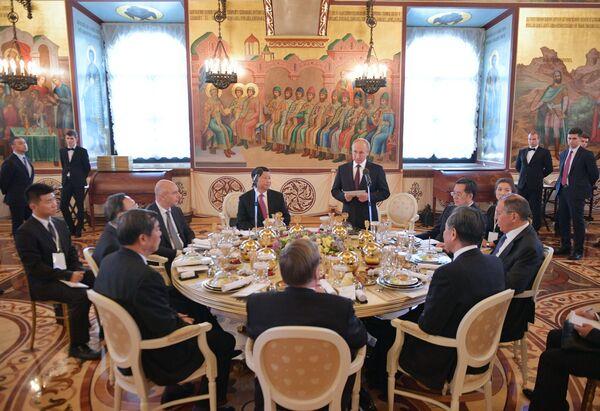 Vladimir Putin přednesl řeč na Státní večeři jménem prezidenta Ruské federace na počest předsedy Čínské lidové republiky Si Ťin-pchinga - Sputnik Česká republika