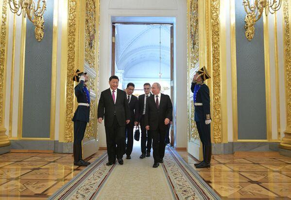 Vladimir Putin a Si-Ťin-pching před tiskovou konferencí po rusko-čínských jednáních v Kremlu - Sputnik Česká republika