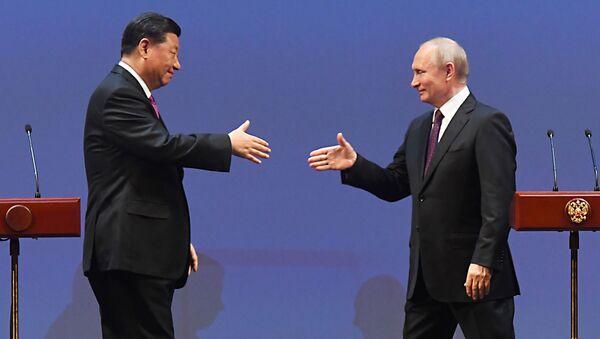 Vladimir Putin a Si Ťin-pching na slavnostním večeru při příležitosti 70. výročí navázání diplomatických vztahů mezi Ruskem a Čínskou lidovou republikou ve Státním akademickém Velkém divadle. - Sputnik Česká republika
