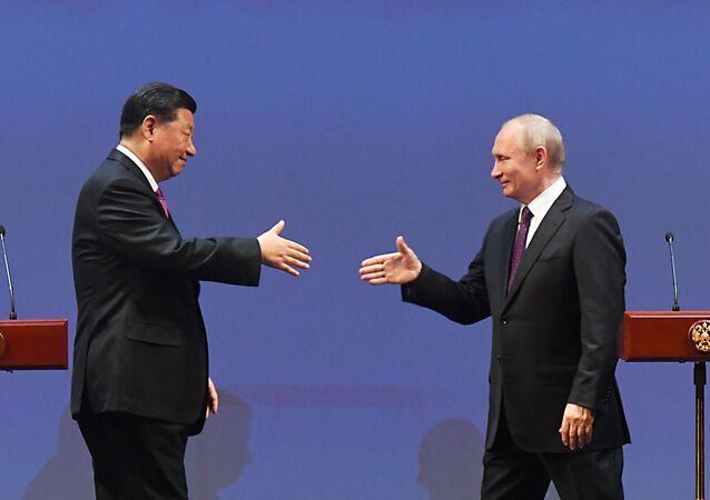 Vladimir Putin a Si Ťin-pching na slavnostním večeru při příležitosti 70. výročí navázání diplomatických vztahů mezi Ruskem a Čínskou lidovou republikou ve Státním akademickém Velkém divadle.