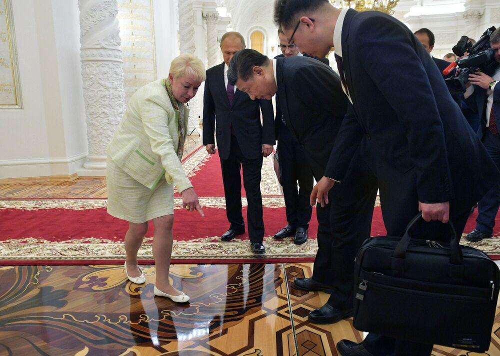 Prezident Vladimir Putin a prezident ČLR Si Ťin-pching během prohlídky Kremlu po rusko-čínských jednáních
