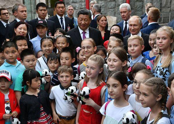 Prezident Vladimir Putin a předseda Čínské lidové republiky Si Ťin-pching se účastní oficiálního ceremoniálu předání dvou velkých pand Moskevské zoo čínskou vládou, kde pro ně byl vybudován speciální pavilon. Velké pandy Dindin a Jui předala Čína do Ruska na společný výzkum na 15 let - Sputnik Česká republika