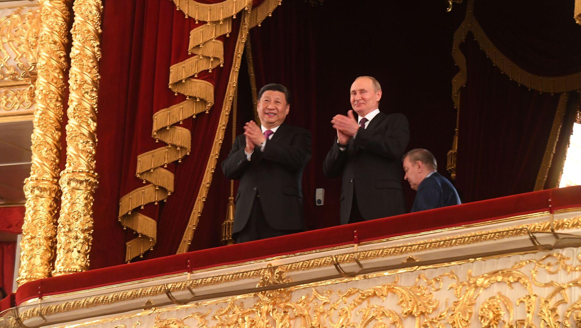 Vladimir Putin a Si Ťin-pching na slavnostním večeru při příležitosti 70. výročí navázání diplomatických vztahů mezi Ruskem a Čínskou lidovou republikou v lóži ve Státním akademickém Velkém divadle - Sputnik Česká republika, 1920, 05.03.2021