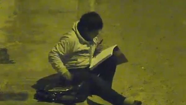 Podnikatel pomohl chudému chlapci, který dělal domácí úkoly pod pouliční lampou, protože doma neměl elektřinu (VIDEO)  - Sputnik Česká republika