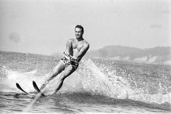 Muž jezdí na vodních lyžích v Adleru, 1971 - Sputnik Česká republika