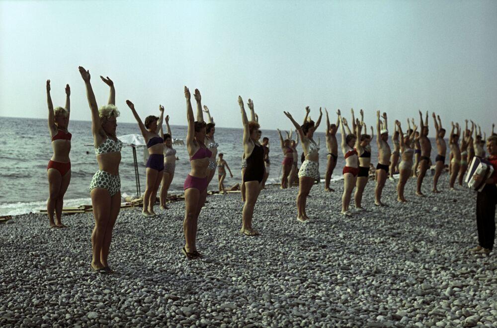 Kondiční ranní gymnastika na pláži ve městě Tuapse, Krasnodarský kraj, 1963