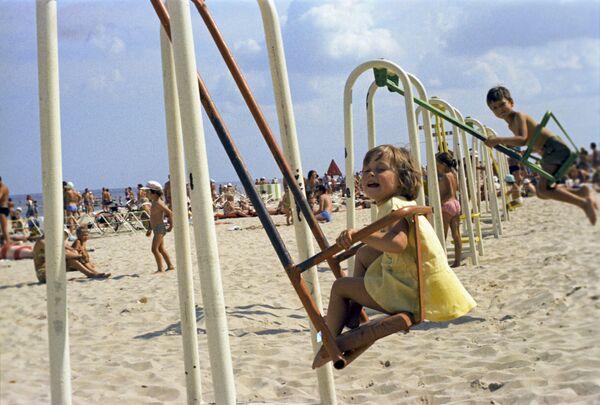 Děti se houpají na houpačce na pláži ve městě Júrmala, Lotyšská SSR, 1975 - Sputnik Česká republika