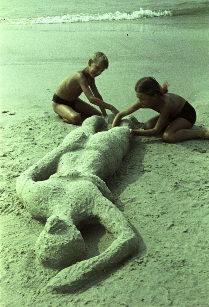 "Fotografie ""Takhle se opaluje máma"", letovisko Palanga, 1964"