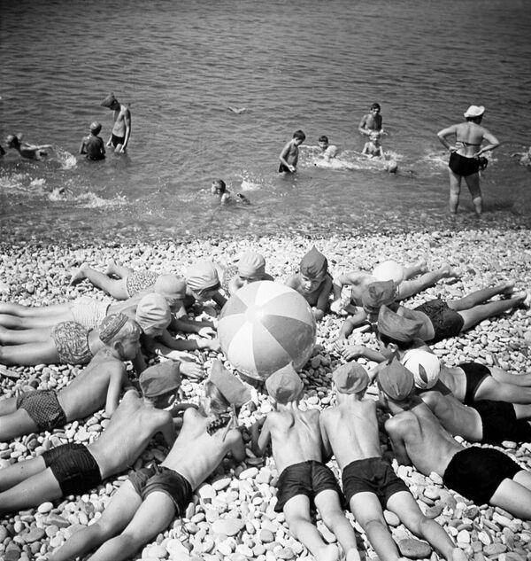 Děti na pláži Černého moře, 1967 - Sputnik Česká republika