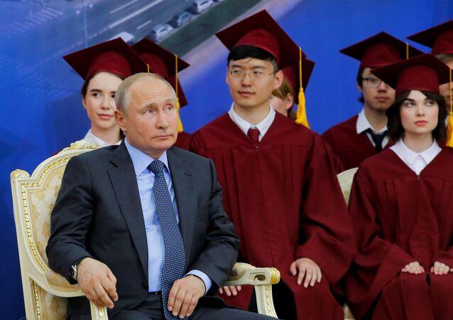 Ruský prezident Vladimir Puitn během udělení akademického titulu Petrohradské státní univerzity vůdci ČLR Ťin-pchingovi