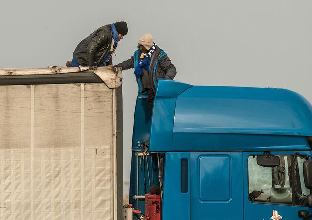 Migranti vystupují z kamionu