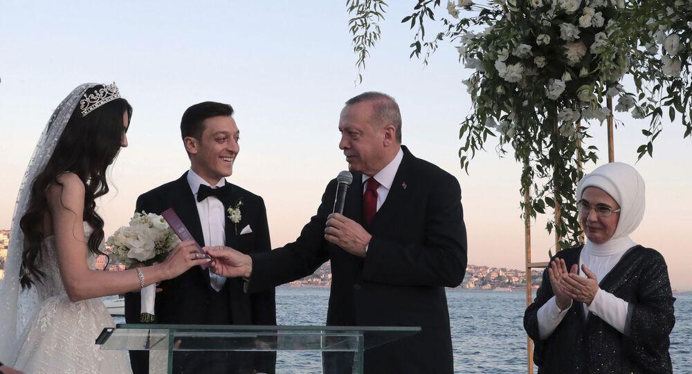 Turecký prezident Recep Tayyip Erdogan se zúčastnil svatby fotbalisty Mesuta Ozila