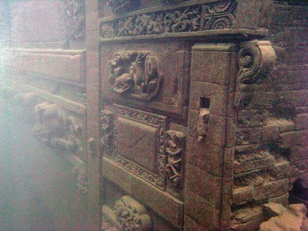 Truhlice na dně jezera Qiandaohu, kde bylo nalezeno starobylé město, Zhejiang, Čína. - Sputnik Česká republika