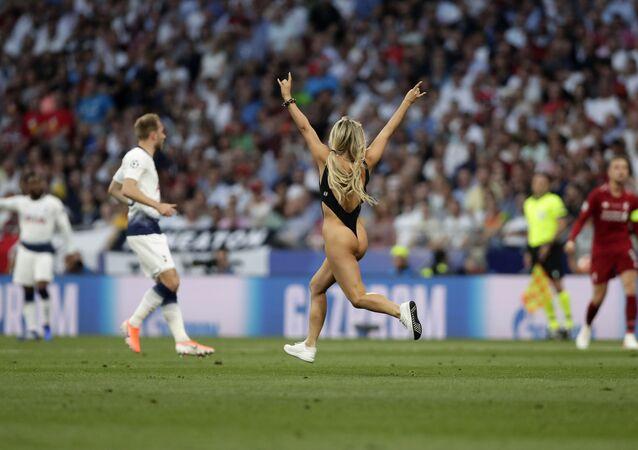 Modelka Kinsey Wolanski, která během finálového fotbalového zápasu Ligy mistrů mezi Tottenhamem a Liverpoolem vběhla na hřiště, stadion Vanda Metropolitanano v Madridu