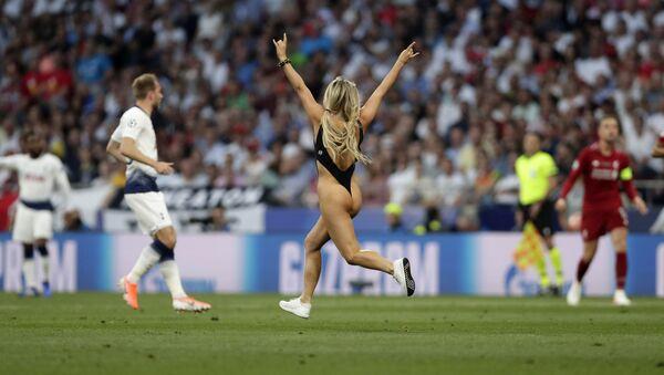 Modelka Kinsey Wolanski, která během finálového fotbalového zápasu Ligy mistrů mezi Tottenhamem a Liverpoolem vběhla na hřiště, stadion Vanda Metropolitanano v Madridu - Sputnik Česká republika