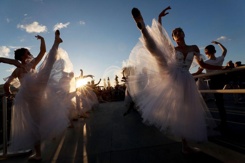 Účastníci baletní lekce pod otevřeným nebem během festivalu Světového baletu v Moskvě.