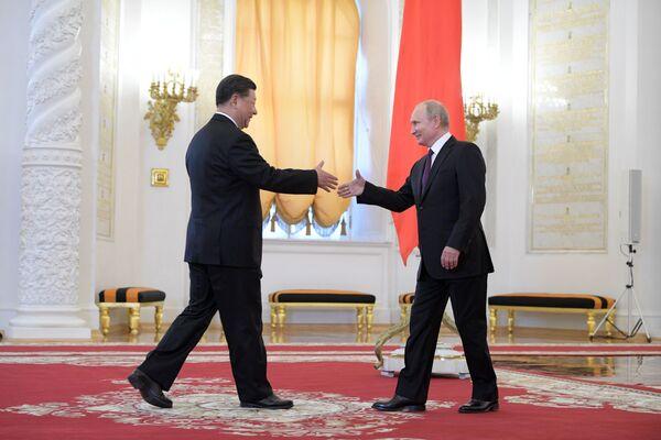 Čínský lídr Si Ťin-pching a ruský prezident Vladimir Putin na oficiálním uvítacím ceremoniálu v Kremlu. - Sputnik Česká republika