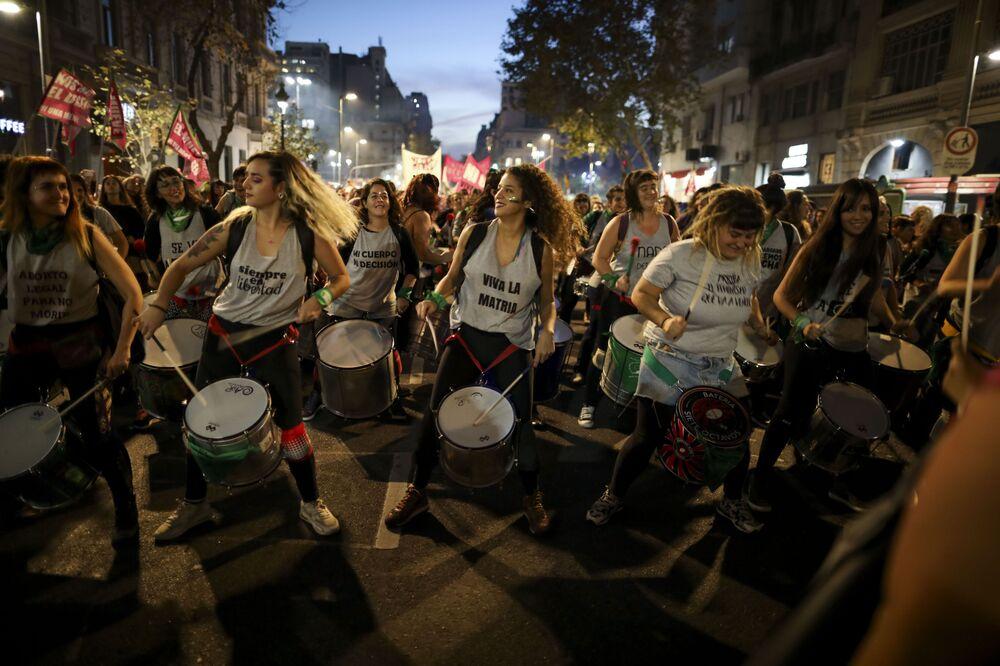 Ženy hrají na bubny během protestu proti násilí v Buenos Aires, Argentina.