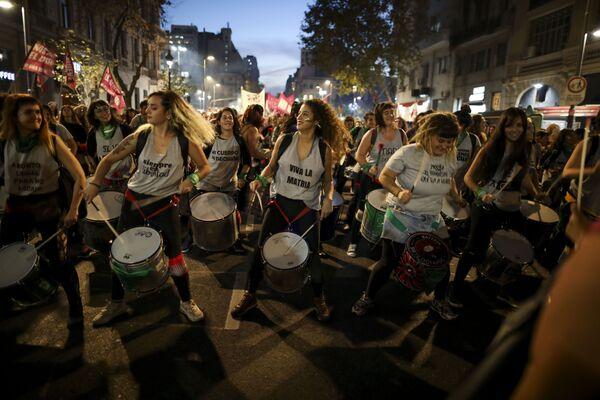Ženy hrají na bubny během protestu proti násilí v Buenos Aires, Argentina. - Sputnik Česká republika
