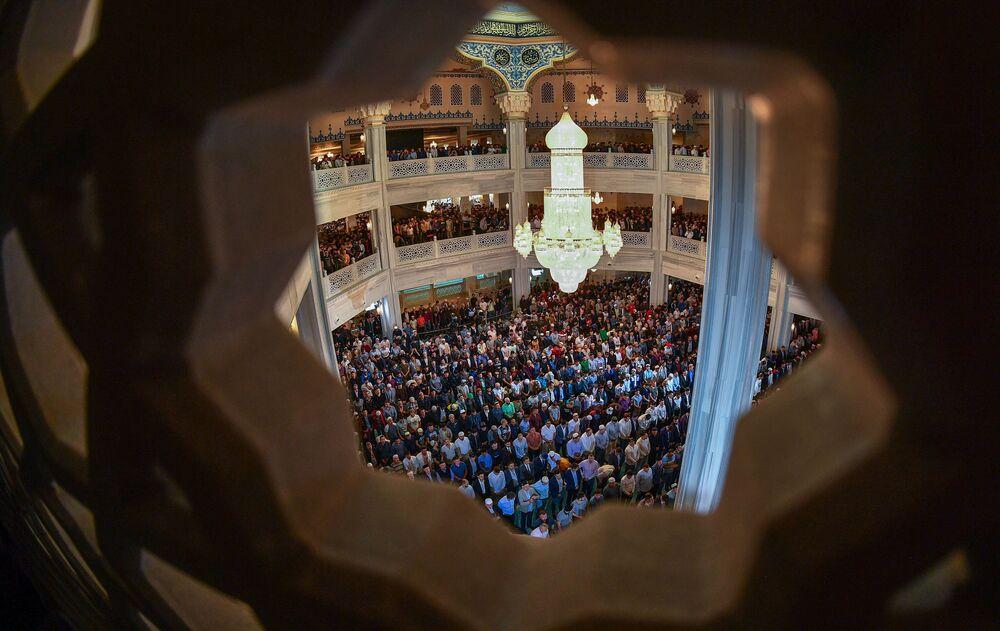 Muslimové během modlitby v den svátku Eid al-Fitr v katedrále mešity v Moskvě.
