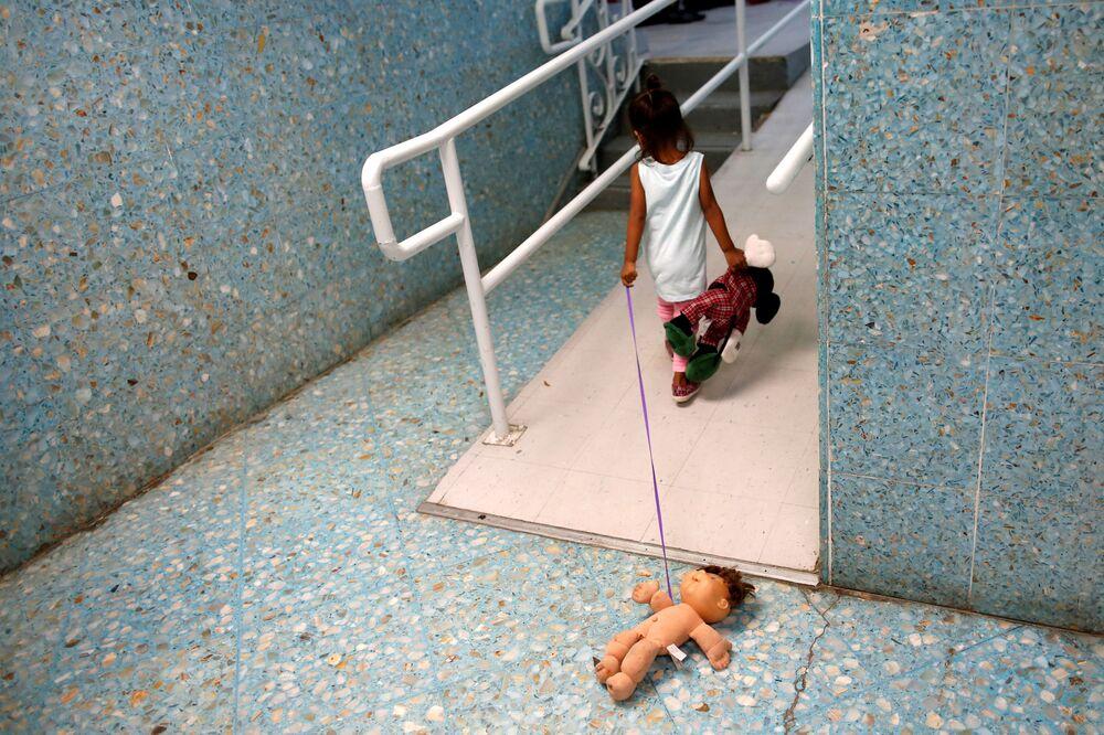 Dívka ze Střední Ameriky v katolickém útulku, který poskytuje dočasné ubytování uprchlíkům ze Střední Ameriky v Laredu v Texasu.
