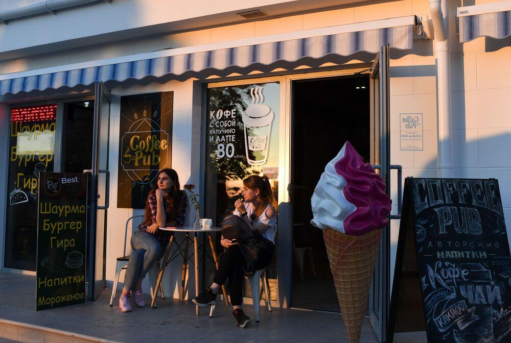 Dívky v sevastopolské kavárně.