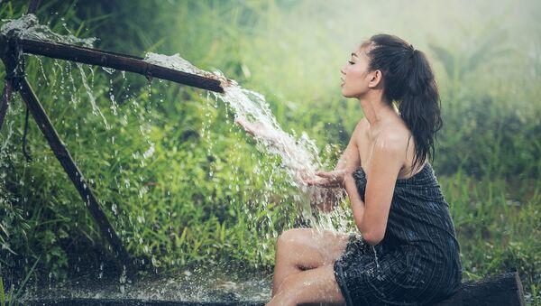 Dívka se sprchuje - Sputnik Česká republika