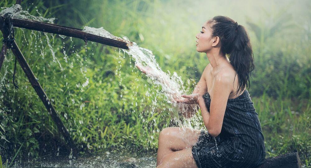 Dívka se sprchuje