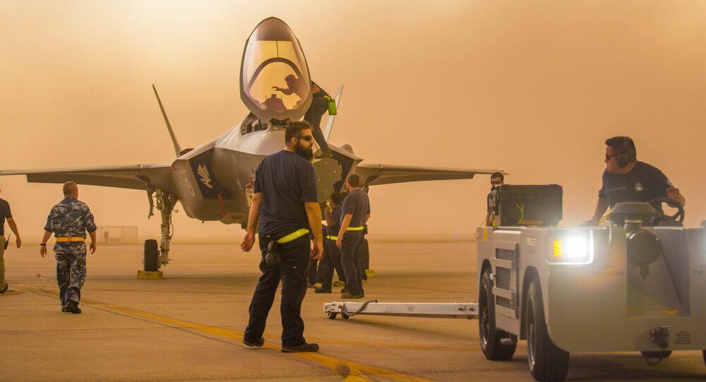 Stíhací letoun F-35  na americké vojenské letecké základně v Arizoně
