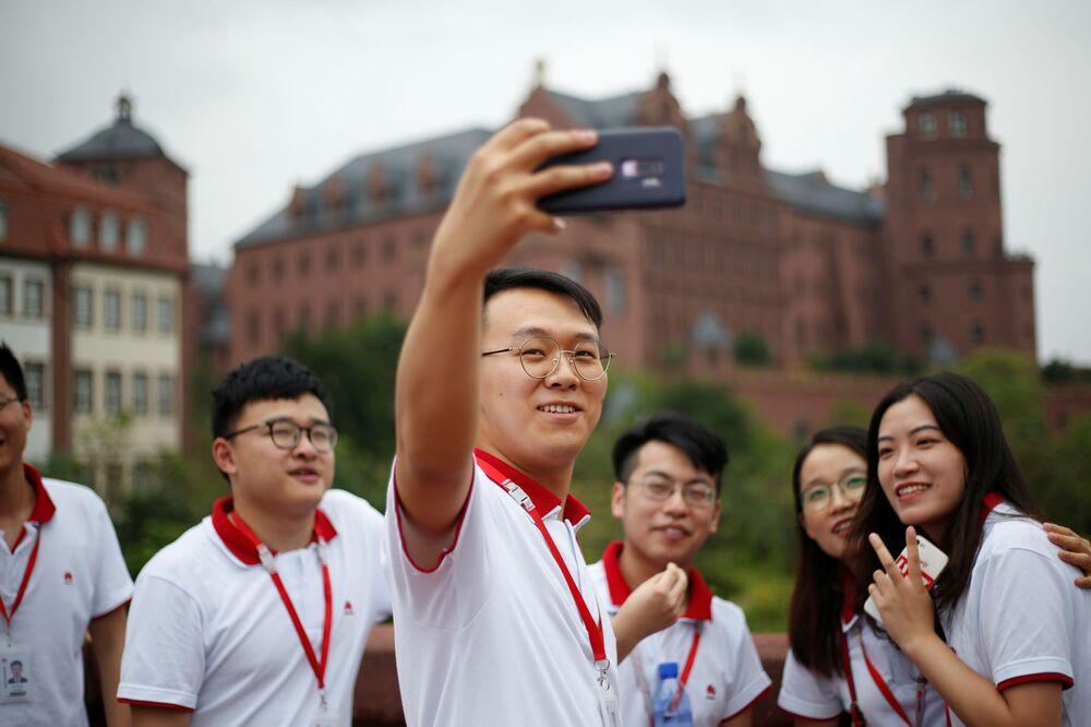 Noví zaměstnanci společnosti Huawei během polední pauzy.