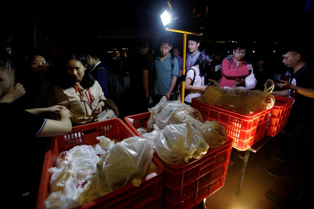 Zaměstnanci společnosti Huawei v případě, že pracují přesčas, mají večeři zadarmo.