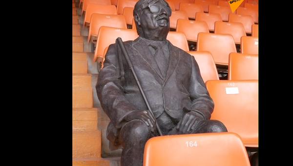 Věčný fanoušek fotbalového týmu Valencia. Španělé odhalili pomník věrnému a slepému fanouškovi (VIDEO) - Sputnik Česká republika