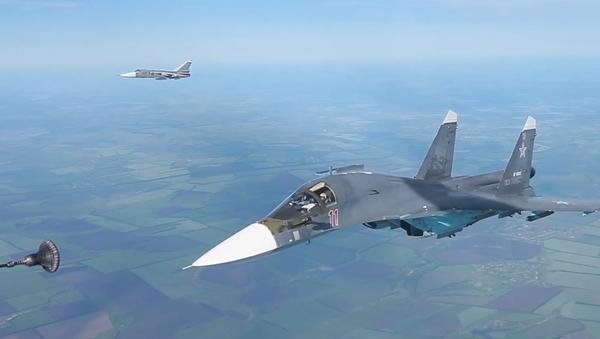Tankování za letu: Letectvo Západního vojenského okruhu nacvičovalo dálkové lety (VIDEO) - Sputnik Česká republika