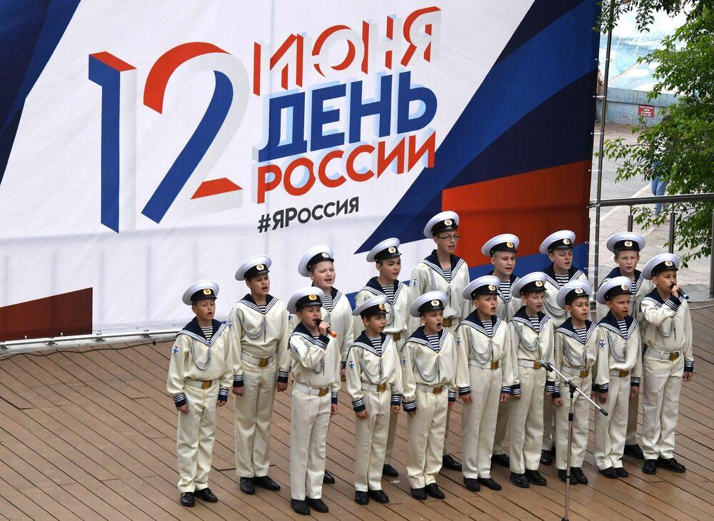 Svěřenci vojensko-patriotického klubu vystupují na scéně ve Vladivostoku.