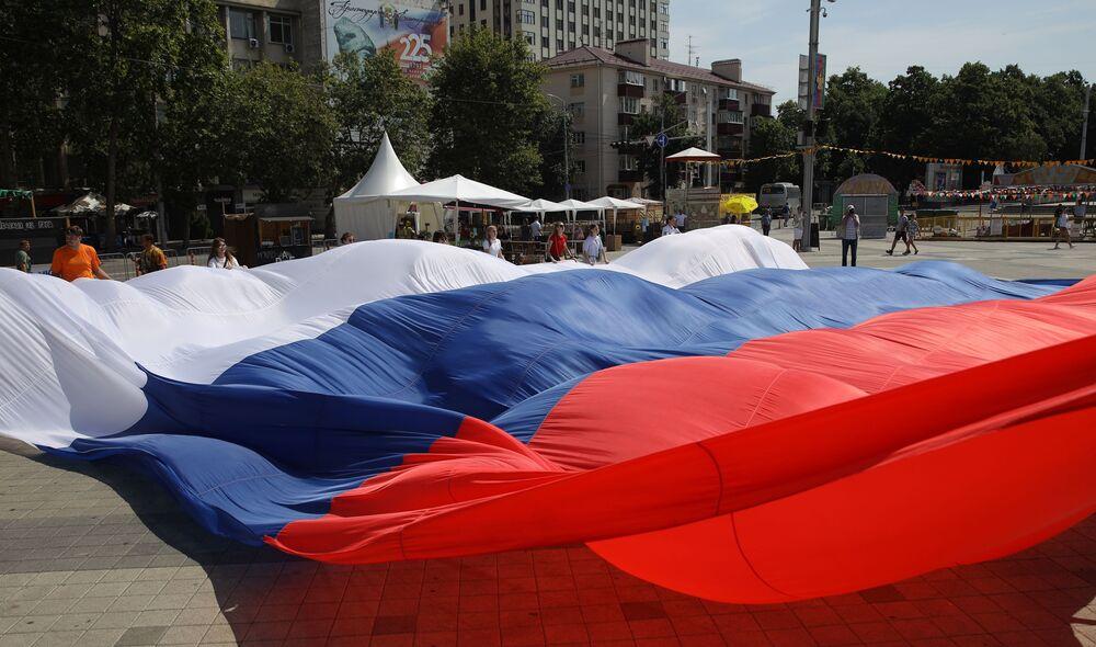 Na akci Miluju Rusko v Krasnodaru lidé rozvinuli obrovskou ruskou vlajku.
