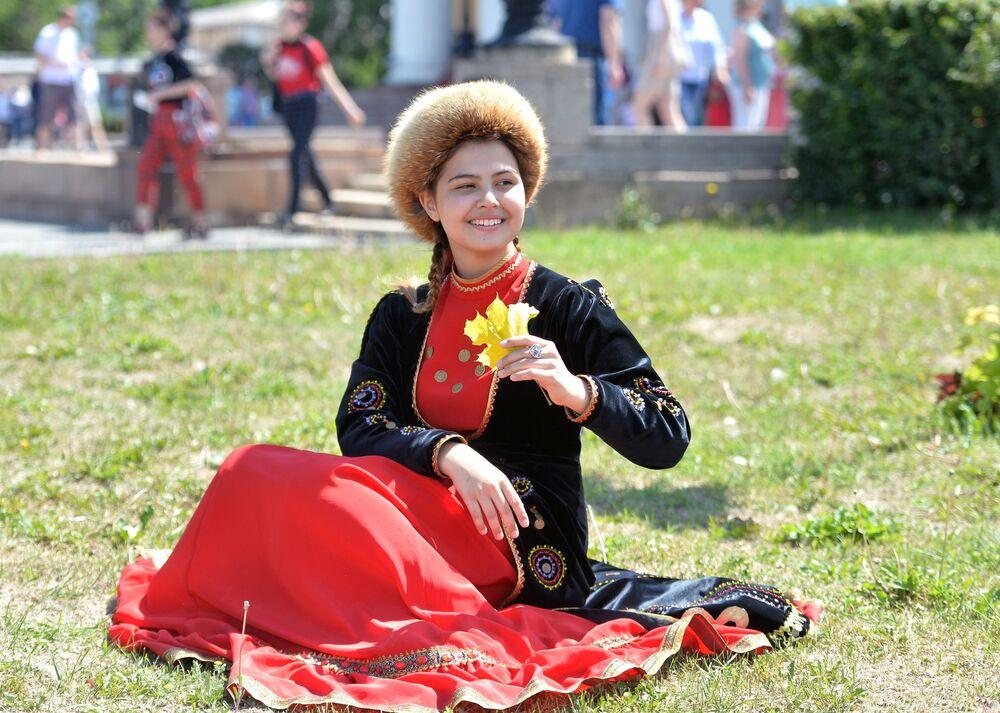 Dívka v lidovém kroji na oslavách Dne Ruska v Čeljabinsku.