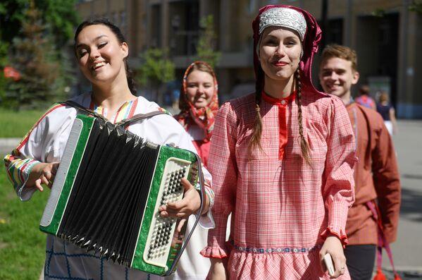 Lidé vystupují v lidových krojích v Kazani. - Sputnik Česká republika
