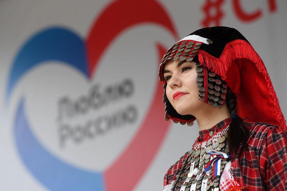 Dívka v lidovém kroji na oslavách Dne Ruska v Kazani.