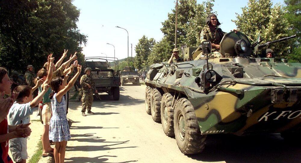 Obyvatelé Jugoslávie vítají ruskou armádu na jihovýchodě Prištiny 29. června 1999