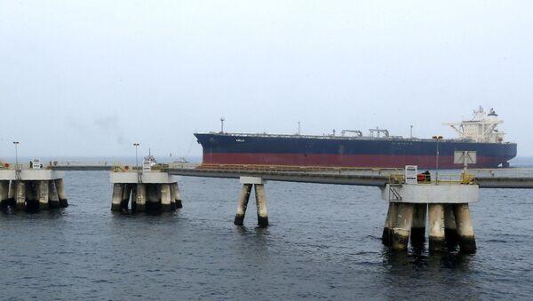 Ropný tanker u pobřeží emirátu Fudžajra v SAE. Ilustrační foto - Sputnik Česká republika