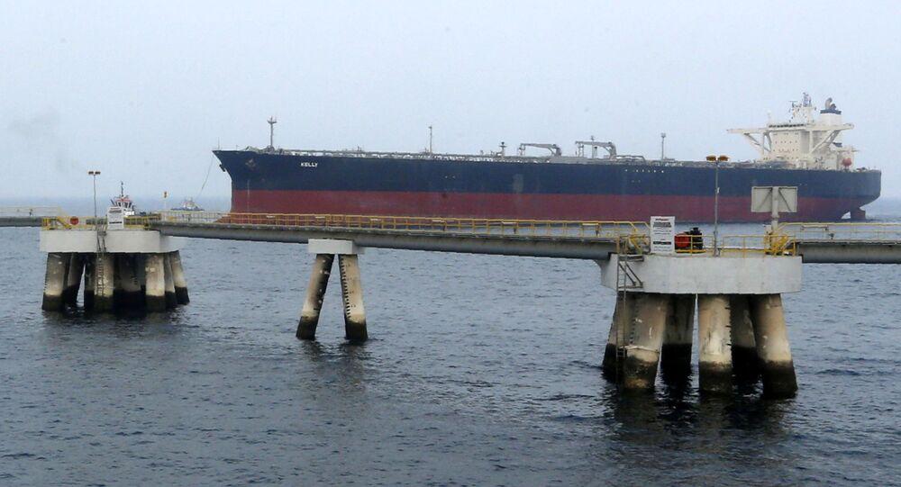 Ropný tanker u pobřeží emirátu Fudžajra ve Spojených arabských emirátech